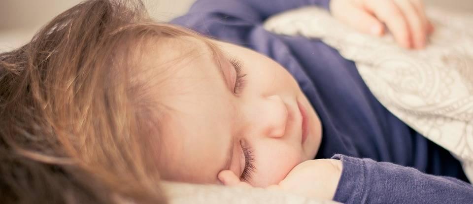 kind dat slaapt