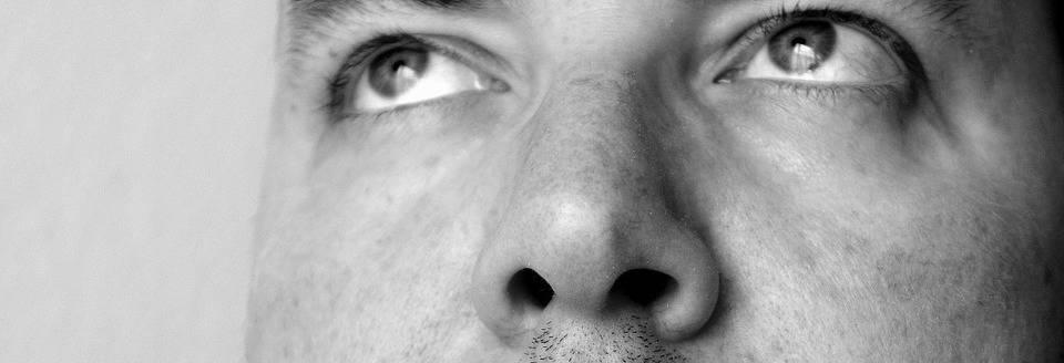 neus van een man