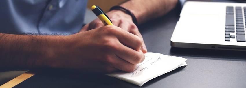 Man aan het schrijven