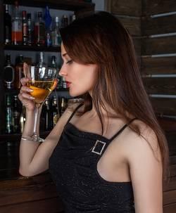 Vrouw die drinkt