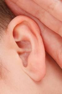 Iemand die zijn hand achter zijn oor houdt