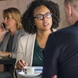Een man en een vrouw in een restaurant aan het praten