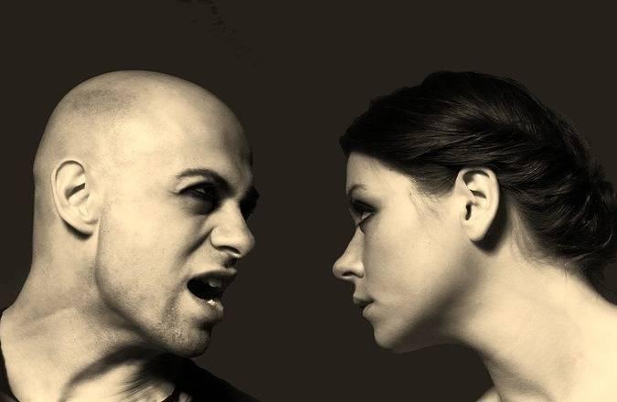 Een man die tegen een vrouw aan het schreeuwen is