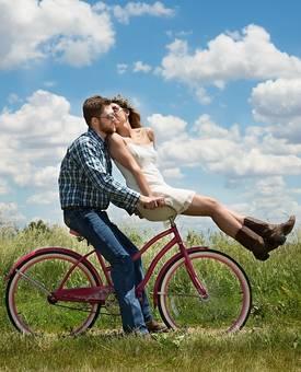 Een man en een vrouw samen op een fiets