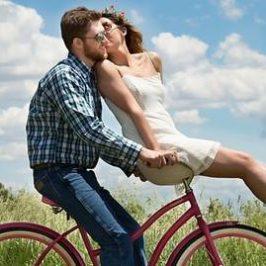 Een man en een vrouw die samen op een fiets zitten