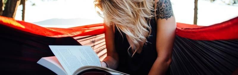Een vrouw die een boek laan het lezen is