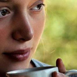 Een vrouw met een beker koffie in haar handen