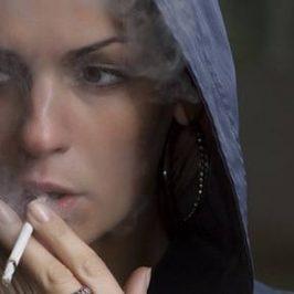 Een vrouw die een sigaret aan het roken is