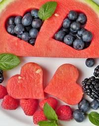 Een stuk meloen met hartjes en ander fruit