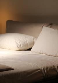 Twee kussens naast elkaar op een bed
