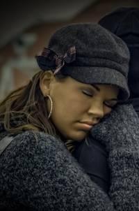 Een vrouw die lijkt te slapen terwijl ze staat