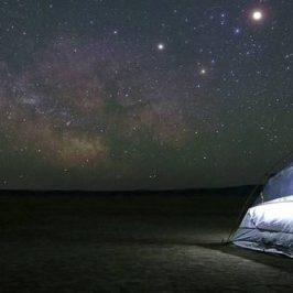 tent onder sterrenhemel
